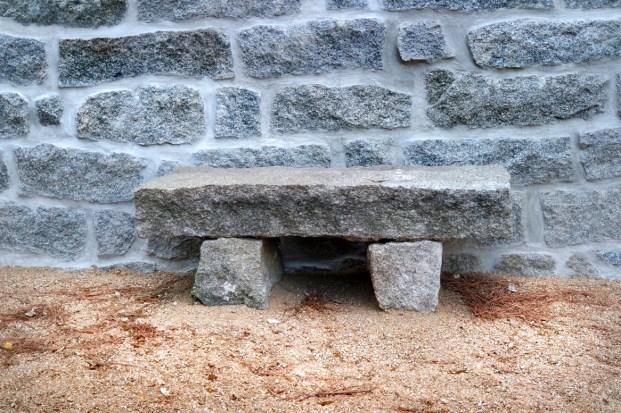 Ristrutturazione antico stazzo gallurese; posizionamento sedute in lastre di granito - Old stile country house refurbishment; granite bench fitting