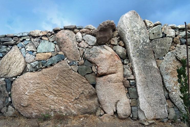 Dettaglio di muro a secco con utilizzo di pietre monolitiche e cucitura con pietre locali di vari colori - Drywall made with monoliths and local stones