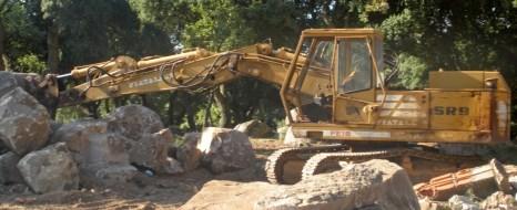 Mezzo movimento terra a lavoro - earthmoving machinery at work