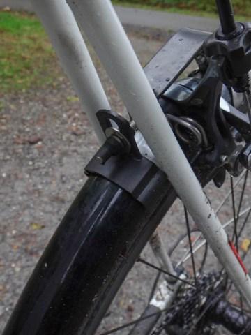Befestigung des festen Hinterradschutzbleches an Steg