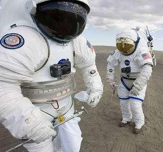 Costum de cosmonaut cu folii reflective NASA