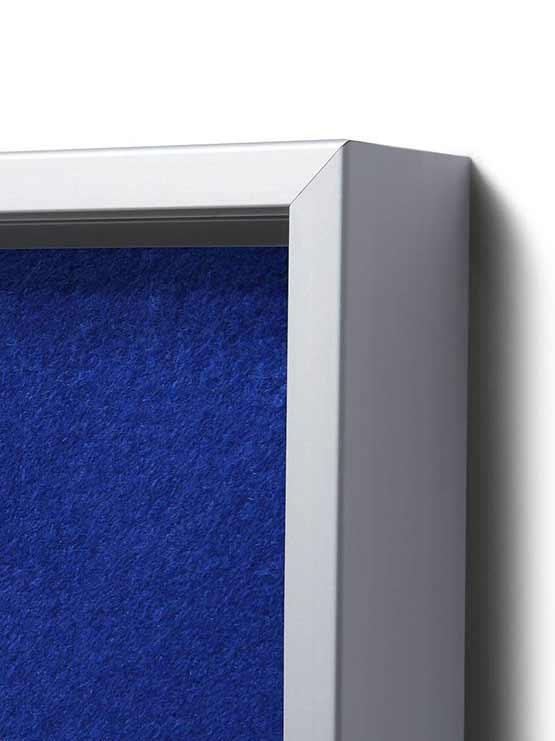 Vitrina con fondo de fieltro en color azul detalle esquinas