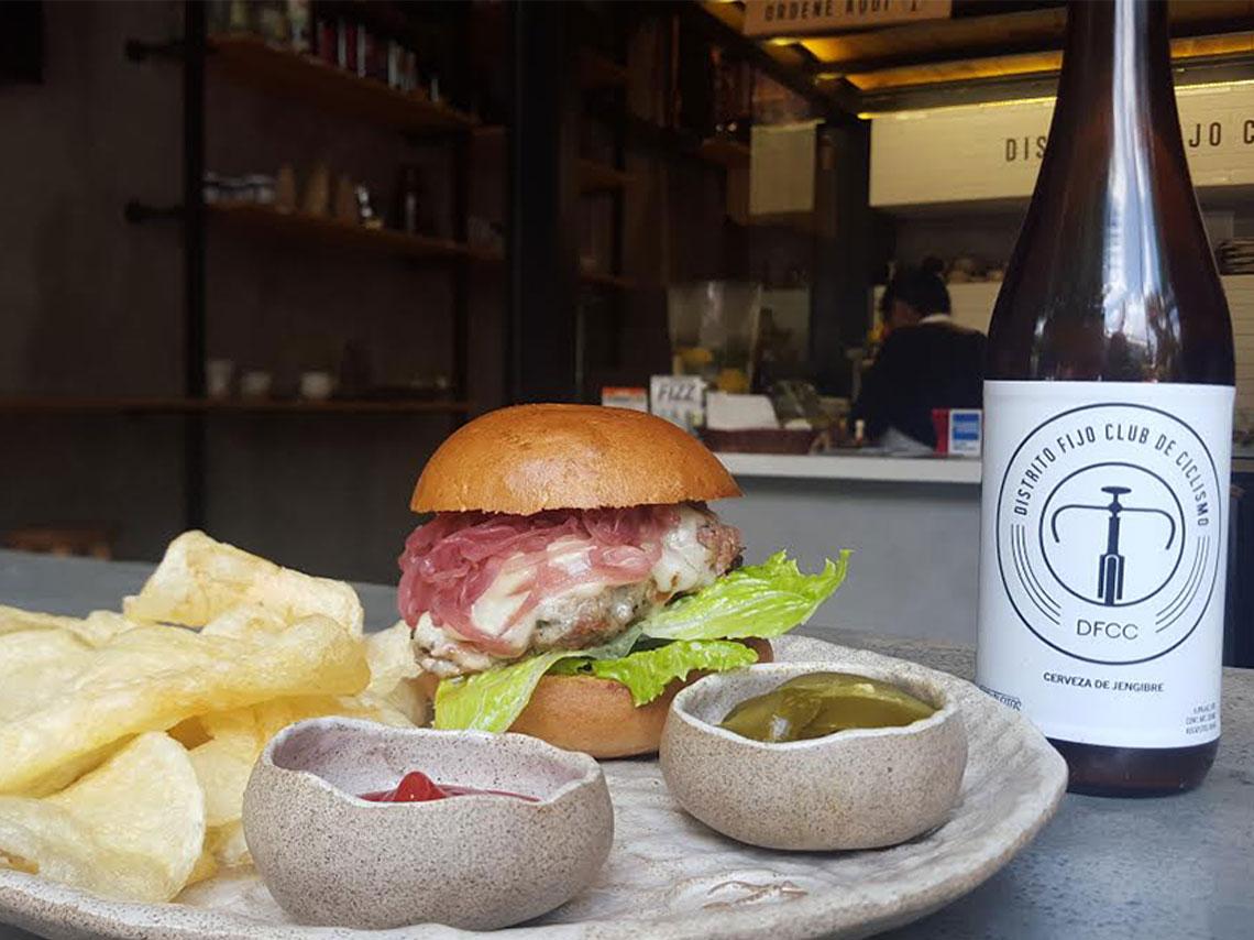 Distrito Fijo es una tienda de bicis, cafetería y taller en un solo lugar. Te hacen tu bici a la medida y de paso te comes una hamburguesa.