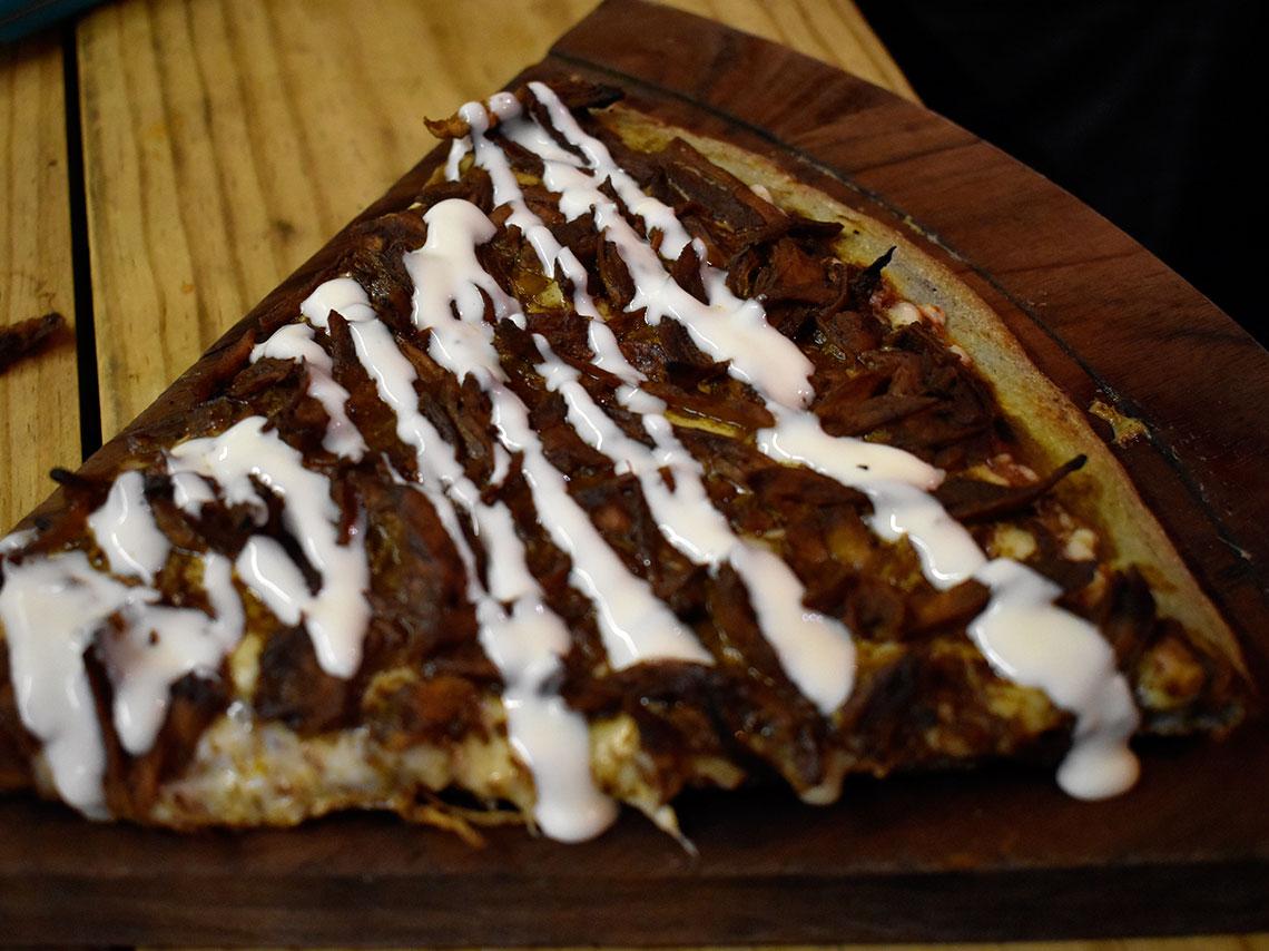 En Pixzaa tienen pizza de masa azul con sabores como nopales, chapulines, enchiladas potosinas, esquites o nutella.