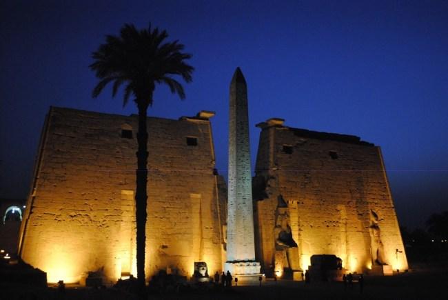 El templo de Luxor iluminado artificialmente
