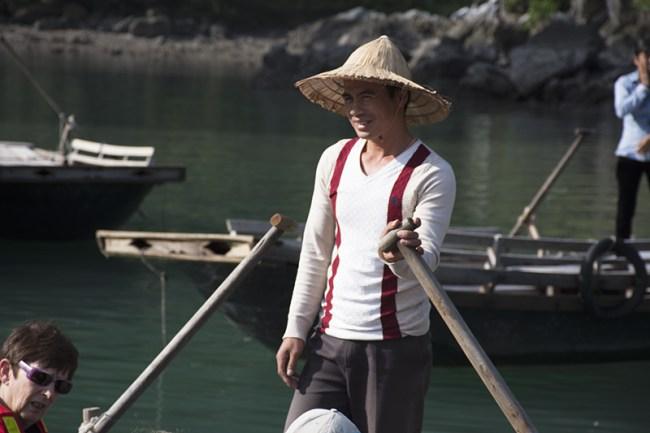 Uno de los hombres que realiza paseos en barcos por Halong Bay
