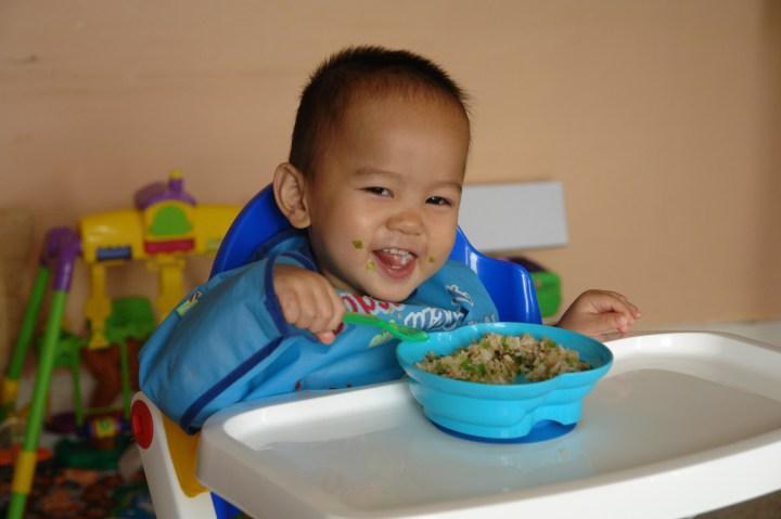 Minh Duy tự xúc ăn - 17/9/2007