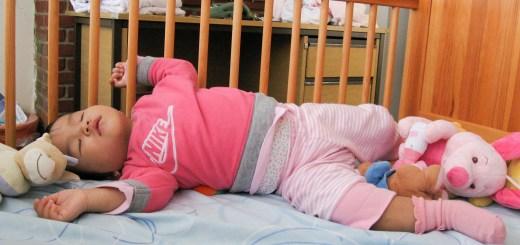 Minh An nằm ngủ trong cũi tháng 10/2008