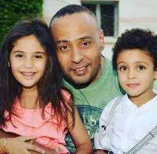 بساطة عائلة الفنان المصري محمود عبد المغني تلقى اعجاب كثير من الجمهور في هذه الصورة 2020