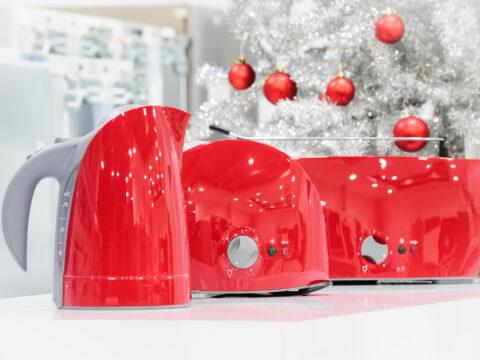 Un semplice oggetto può trasformarsi in un regalo natalizio speciale da donare a chi vuoi bene. I Regali Di Natale 2020 Utili Idee Regalo Per Natale Utili Per Tutti Donna Moderna