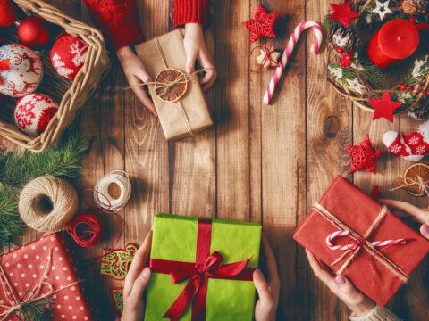 Quando si parla della cognata sono tantissime le idee regalo per natale, se è sposata o se convive si può pensare a qualche articolo per la casa , ad esempio un elettrodomestico che le possa semplificare la vita come i robot aspirapolvere che, in completa autonomia, svolgono l'antipatica faccenda domestica della pulizia del pavimento. Regali Di Natale Economici 2020 Idee Regali Piccoli Ma Belli Donna Moderna