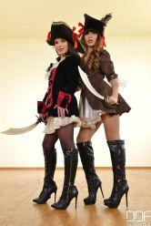 Due modelle vestite da pirata con collant e stivali