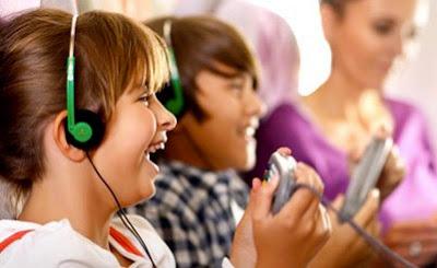 Crianças dentro do Emirates Airlines
