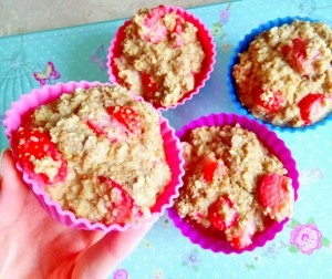 "Healthy strawberries and ""cream"" oatmeal bites (dairy free) Breakfast snack vegan"