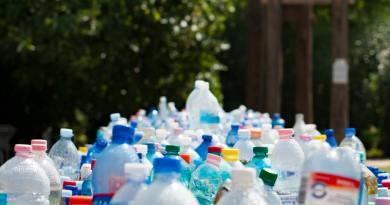 Életnagyságú műanyag bálnával hívják fel a figyelmet az óceánok műanyagszennyezésére