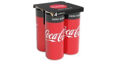 Kivezeti a zsugorfóliát az aludobozok csomagolásánál a Coca Cola
