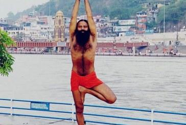 योग सप्ताह के छठवें दिवस पर योगाभ्यास करते स्वामी रामदेव महाराज