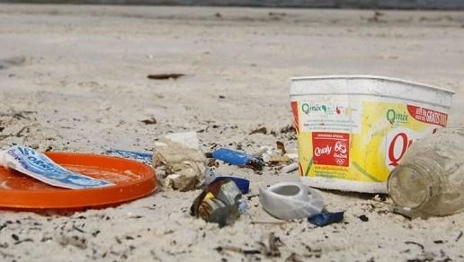 Bitucas são a maior parte do lixo em praias