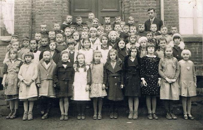 Klassenfoto vor der alten Schule aus den 1920er Jahren (Foto von Anni Hinz)