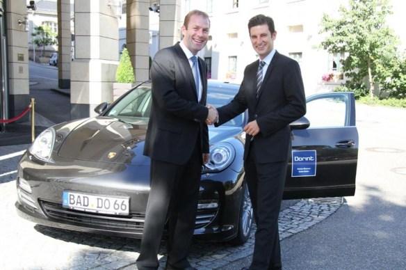 Der Geschäftsführer des Porsche Zentrums Baden Baden, Oliver Pochat, übergibt den Porsche an Hoteldirektor Sascha Marx (links). Foto: Heiko Borscheid - Dorint Hotels & Resorts