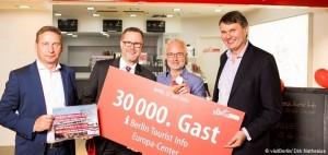 Uwe Timm (Management Europa Center), Reinhard Naumann (Bezirksbürgermeister Charlottenburg-Wilmersdorf), Hans Michael Peus (Jubiläumsgast), Burkhard Kieker (CEO visitBerlin) (v.l.n.r.) – © visitBerlin/ Dirk Mathesius