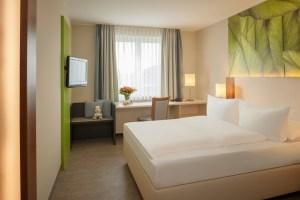 Hell und großzügig wirken die renovierten Zimmer im Dorint Hotel Köln Junkersdorf. Besonderer Clou sind die Kofferböcke, die in die Ablageflächen eingebaut wurden und sich auch als Sitzgelegenheit nutzen lassen.