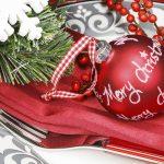 Weihnachtlich geschmückter Esstisch