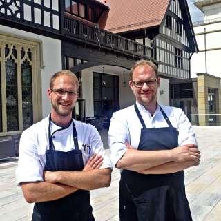 Chef-Pâtissier Florian Hölscher (links) neben Bruder und Küchenchef Sebastian Hölscher.
