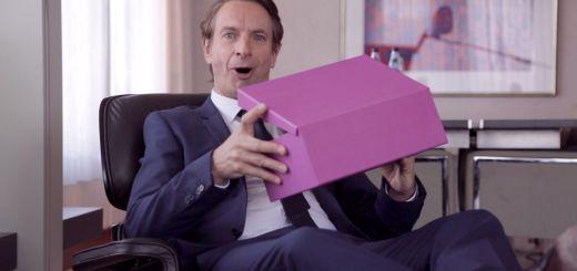 Im neuen Werbespot lüftet Dorint Markenbotschafter Ingolf Lück endlich das Geheimnis um den Inhalt des Kartons.