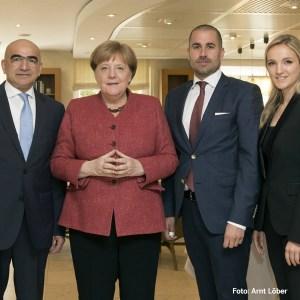 Dr. Angela Merkel zusammen mit Angelo Mezzadonna (links), Alessandro Mezzadonna und Marilyn Tromsdorf im Foyer des Dorint Strandresort & Spa Ostseebad Wustrow.