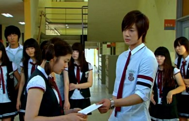 "Baek Seung-Jo humiliates Oh Ha-Ni by returning her ""corrected"" love note in front of her peers in ""Playful Kiss."""