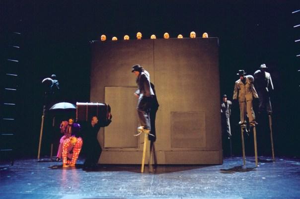 Luzerner Theater Premiere vom 27. Oktober 2002 Amerika (nach Franz Kafka) Regie: Jarg Pataki >Ensemble © Foto: Wil van Iersel PC: 30-236214-7