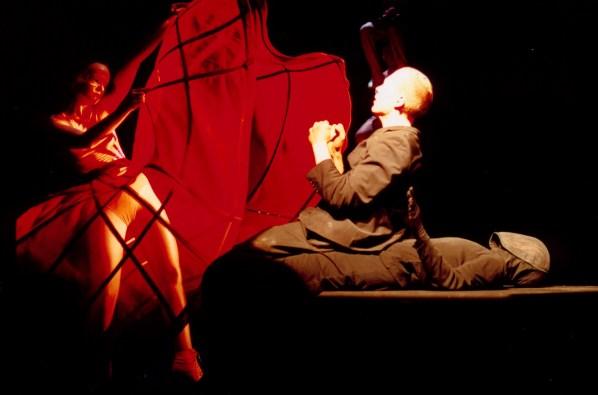 Luzerner Theater Premiere vom 27. Oktober 2002 Amerika (nach Franz Kafka) Regie: Jarg Pataki >Marcel Metten, Uta Krause © Foto: Wil van Iersel PC: 30-236214-7