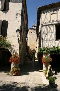 Straatje met de tour d'horloge in Fourcès, armagnac