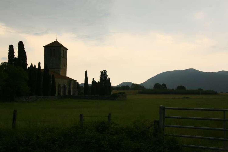 Basilique-Saint-Just-de-Valcabr-C3-A8re-saint-bertand-de-comminges-dorp-frankrijk-plus-beaux-villages