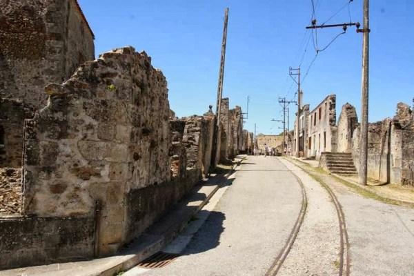 Straat met ruïnes en trambaan in Oradour-sur-Glane in Frankrijk