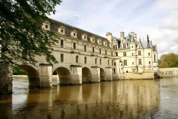 Het kasteel Chenonceau over de rivier de Cher in Frankrijk