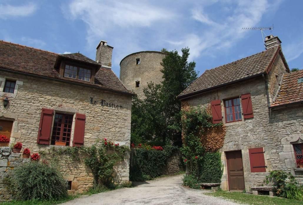Straatje in het dorp Chateauneuf en Auxois in Bourgondië Frankrijk