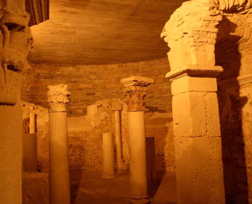 De crypte van de apsis, het plafond is duidelijk nieuwer.