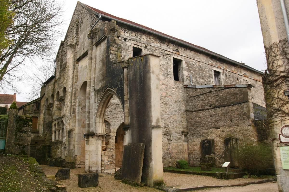 Karolingische apsis ingang Flavigny-sur-Ozerain Bourgondie cotedor Frankrijk dorp