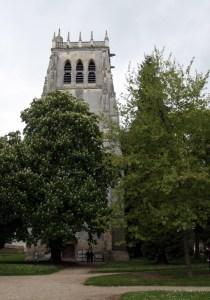 De toren van de abdijkerk van Le Bec-Hellouin in Normandië Frankrijk