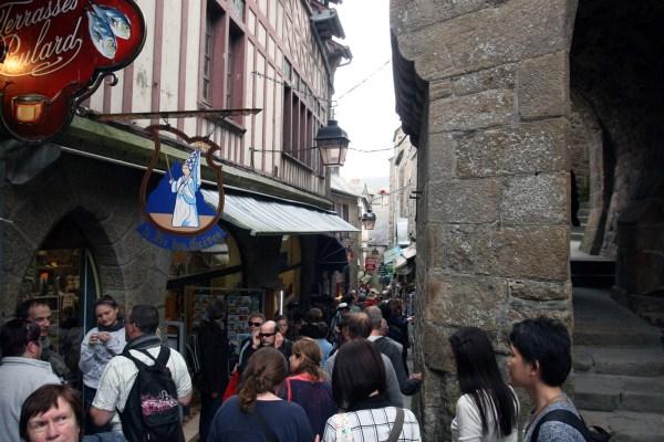 Toeristen in de Grande Rue op de Mont Saint Michel
