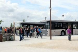 Pendelbussen naar de Mont Saint Michel staan te wachten op het parkeerterrein