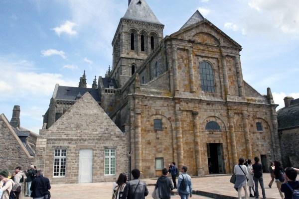 Het plein voor de ingang van de kerk op de Mont Saint Michel