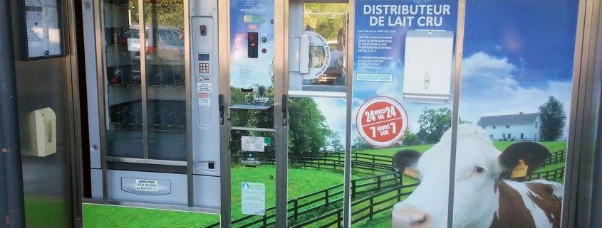 Automaat met verse melk bij de supermarkt in Lengeac in Frankrijk