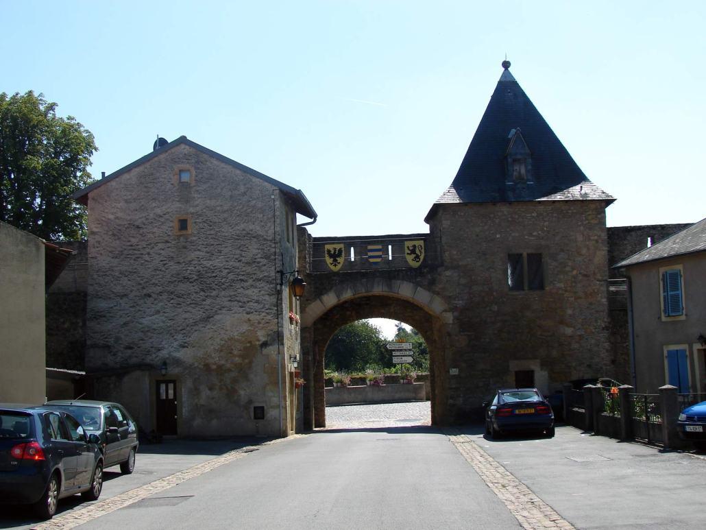 Poort in het dorp Rodemack in het noorden van Frankrijk