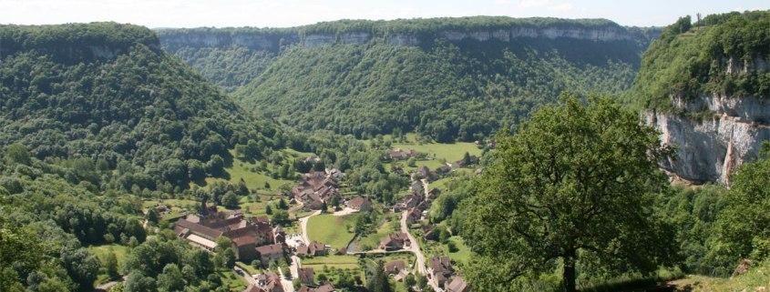 Baume-les-Messieurs-dorp-luchtfoto-cc-Jean-Pol-GRANDMONT-