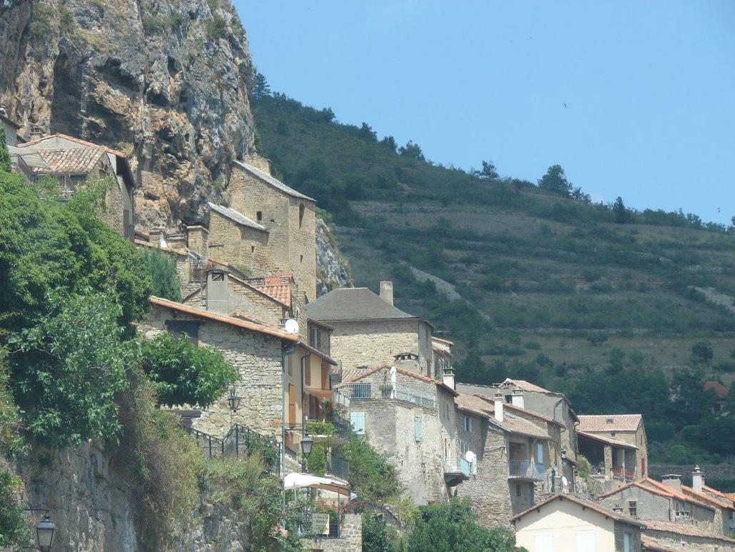 De huizen in Peyre lijken op de bergwand zijn geplakt