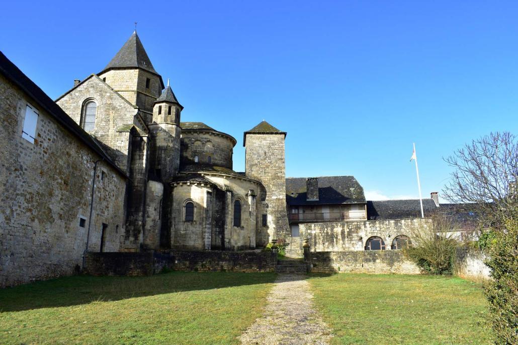 De buitenkant van de kerk in Saint Robert een dorpje in de Limousin