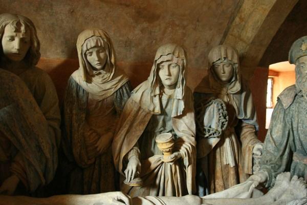 Beeldengroep in de crypte van de kerk in Chaource in de Champagne in Frankrijk